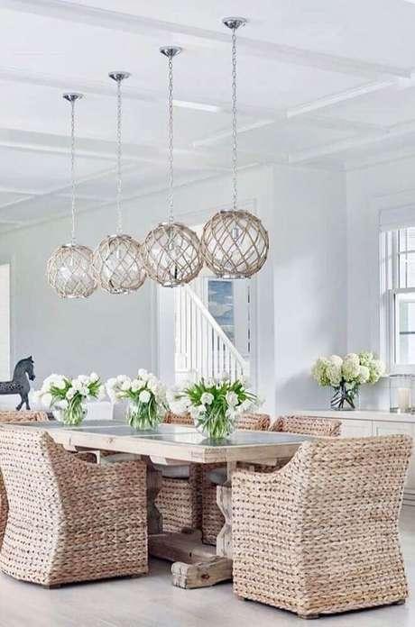 11. As cadeiras de vime deram um toque super charmoso para a decoração de sala de jantar moderna e sofisticada – Foto: Denarius