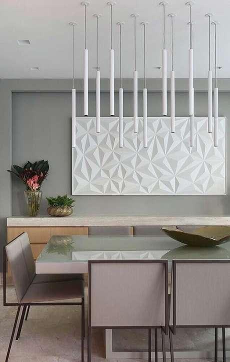 12. Decoração para sala de jantar moderna com pendentes brancos sobre a mesa e cadeiras com design minimalista – Foto: Pinterest