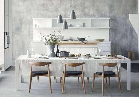 14. Cadeiras para sala de jantar modernas decorada com pendentes cinza – Foto: Pinterest