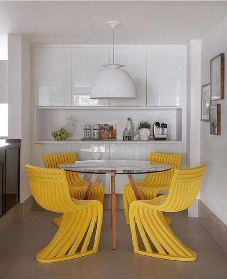 16. O tom amarelo das cadeiras para sala de jantar modernas deram mais alegria para a decoração clean – Foto: Yamagata Arquitetura