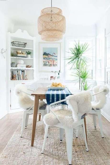 19. No mercado é possível encontrar modelos de lustres modernos para sala de jantar decorada – Foto: Pinterest