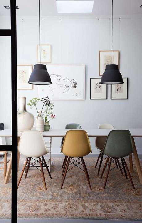 20. Opte por um conjunto de cadeiras para sala de jantar modernas que sejam coloridas, levando mais alegria e personalidade para o ambiente – Foto: Trentotto