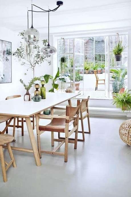 21. Modelo de pendente para sala de jantar moderna com móveis de madeira – Foto: Pinterest