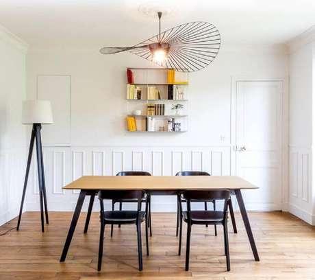 8. Os lustres modernos para sala de jantar muitas vezes possuem um design mais minimalista – Foto: Maison