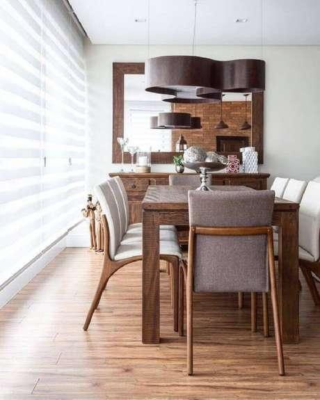 23. Decoração com móveis de madeira e pendente arrojado para sala de jantar moderna – Foto: Braccini + Lima Arquitetura