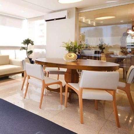 25. decoração em tons neutros e mesa oval de madeira com cadeiras para sala de jantar modernas – Foto: Lux Arquitetura