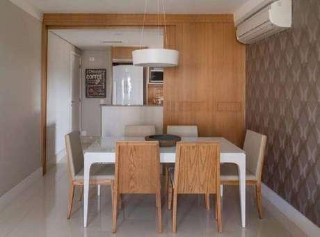 26. O papel de parede também deve ser usado na decoração de sala de jantar moderna – Foto: Ana Yoshida