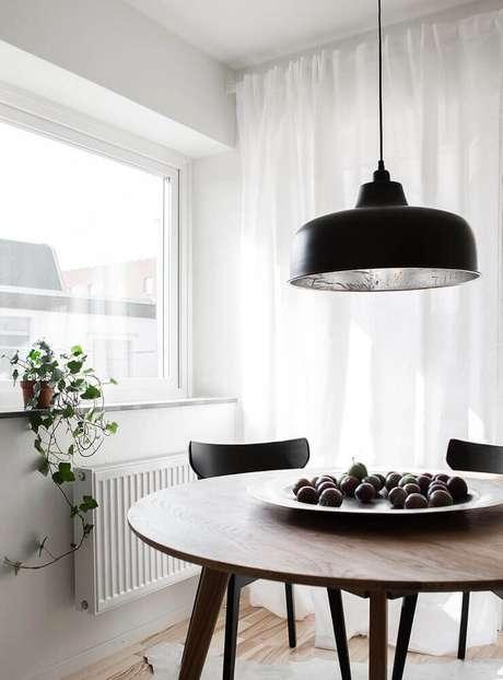 30. Modelo de pendente para sala de jantar moderna com mesa redonda de madeira – Foto: Clark Rassi