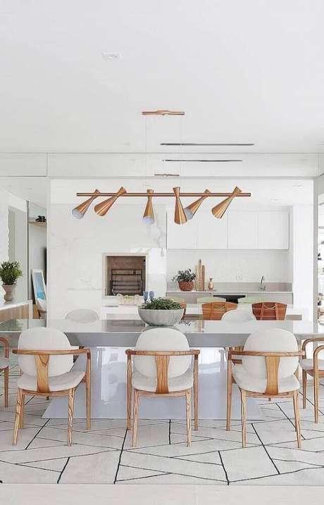 31. Alguns modelos de pendente para sala de jantar moderna são super diferentes e deixam a decoração muito mais interessante – Foto: The Holk
