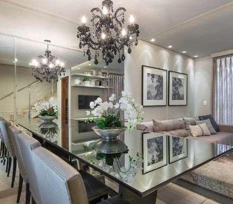 3. Decoração com parede espelhada e lustre sobre mesa de jantar para sala de jantar moderna e sofisticada – Foto: M. Marques Arquitetura
