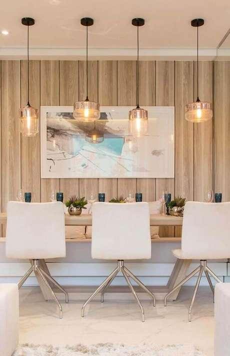 33. Modelos arrojados de cadeiras para sala de jantar modernas decorada com pendentes de vidro sobre a mesa – Foto: The Holk