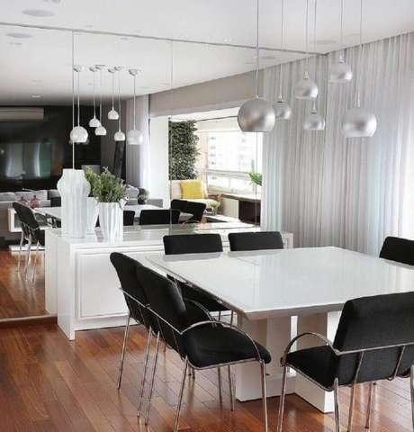 38. O espelho trás um charme para a decoração de sala de jantar moderna e sofisticada – Foto: Mariana Orsi