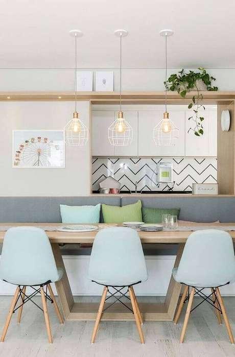 40. Decoração para sala de jantar moderna com tons pastéis e pendentes minimalistas – Foto: Interiola