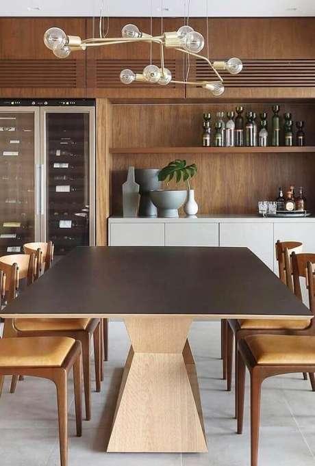 42. Decoração com pendente para sala de jantar moderna com móveis de madeira – Foto: Pinterest