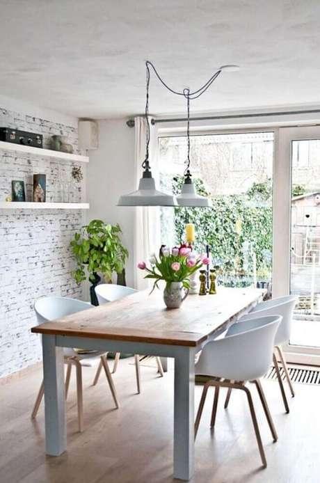 44. Decoração estilo escandinava para sala de jantar moderna com papel de parede de tijolinho e pendentes sobre a mesa – Foto: Archzine