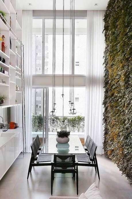 45. O jardim vertical na decoração de sala de jantar moderna deixa o ambiente ainda mais bonito e leve – Foto: The Holk