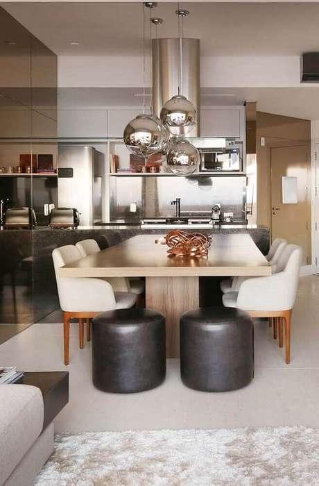 47. Sala de jantar moderna e sofisticada decorada com pendentes prata e puffs pretos – Foto: Home Decoo