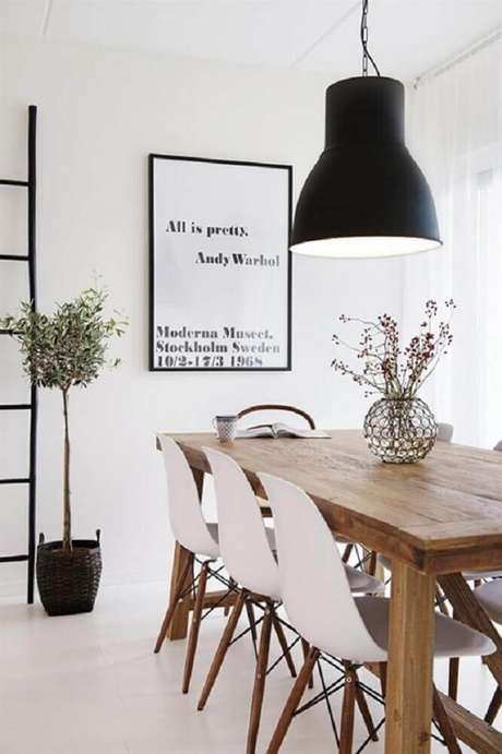 52. Pendente para sala de jantar moderna com mesa de madeira e cadeiras brancas – Foto: DigsDigs