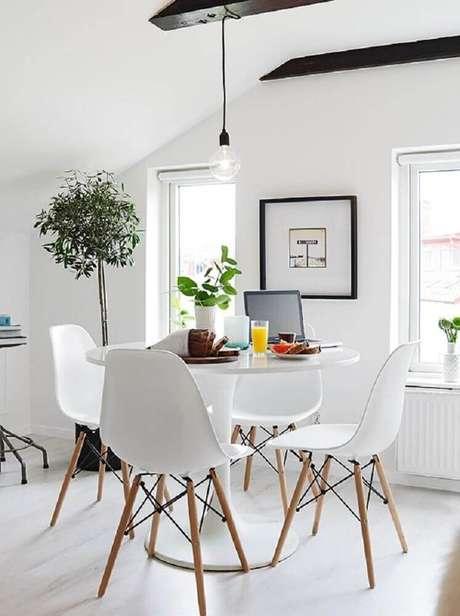 53. Pendente minimalista para a decoração de sala de jantar com cadeiras brancas e mesa redonda – Foto: Pinterest