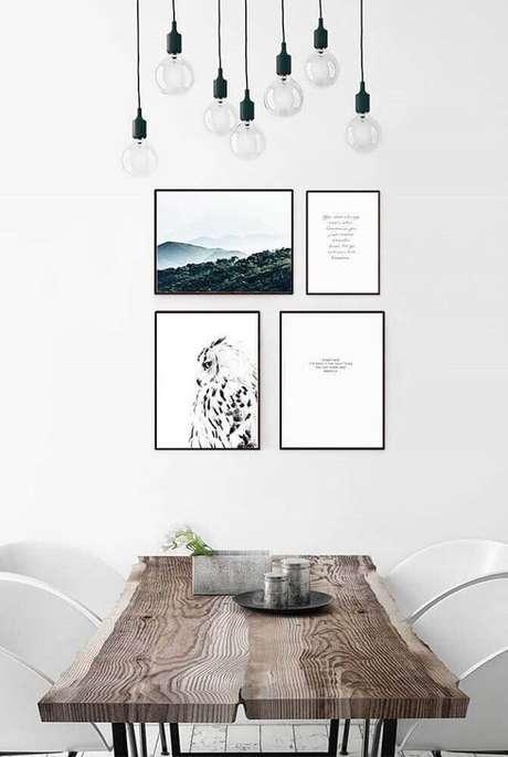 56. Pendentes para sala de jantar moderna com mesa de madeira e quadros na parede – Foto: Pinterest