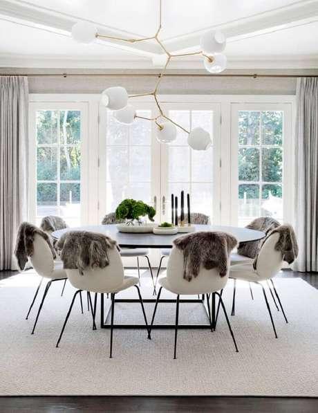 57. Decoração para sala de jantar moderna e sofisticada com pendente arrojado e tapete branco – Foto: Cpac