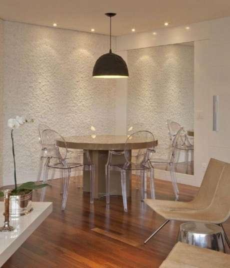 58. As cadeiras de acrílico transparente são perfeitas para a decoração de sala de jantar moderna e sofisticada – Foto: Patricia Kolanian