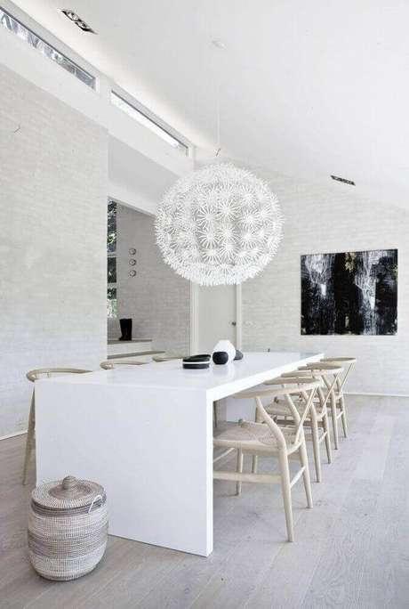 61. Sala de jantar moderna decorada toda branca com grande pendente diferente sobre a mesa – Foto: Studia 54