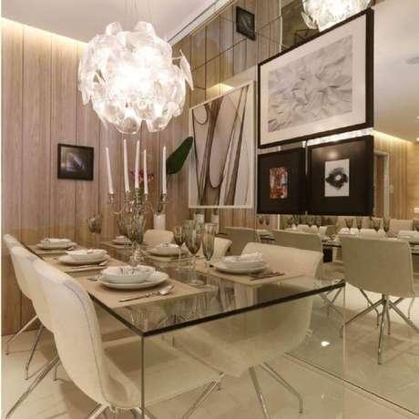 63. Modernidade e sofisticação se mesclam na decoração dessa sala de jantar com parede espelhada e mesa de vidro – Foto: Chris Silveira