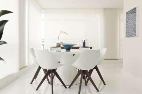 65. Decoração clean para sala de jantar moderna – Foto: Marília Veiga