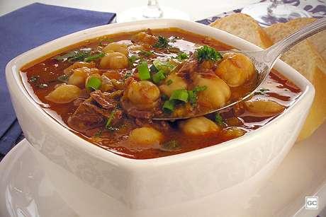 Sopa de abóbora com grão-de-bico e costela