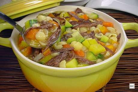 Sopa de macarrão com carne desfiada