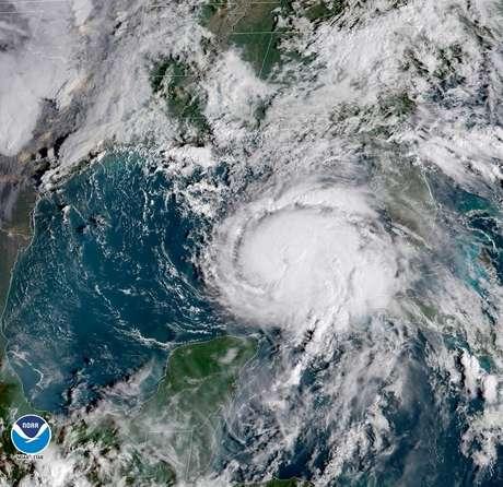 Imagem da Administração Nacional Oceânica e Atmosférica dos EUA (NOAA) mostra furacão Michael sobre o Golfo do México 09/10/2018  Cortesia da NOAA GOES-East/Divulgação via Reuters