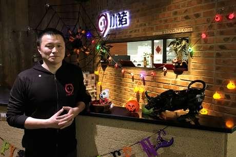 Chen Chi, diretor executivo e cofundador da Xiaozhu.com, empresa de aluguel de curto prazo da China, posa para fotos na sede da empresa em Pequim 1/11/ 2017. REUTERS/Elias Glenn - RC1A49B6B950