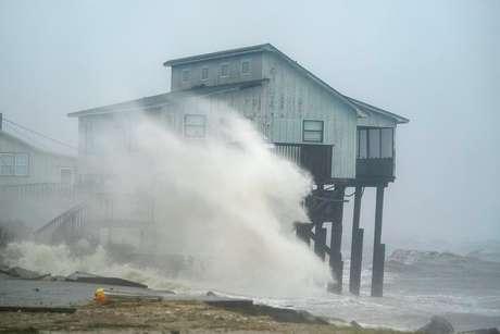 Ondas atingem casa com a chegada do furacão Michael à Flórida 10/10/2018 REUTERS/Carlo Allegri