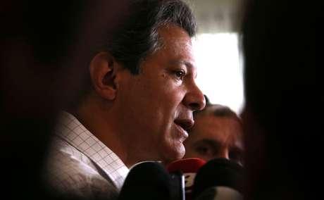 Candidato do PT à Presidência, Fernando Haddad, fala com jornalistas em São Paulo 09/10./2018 REUTERS/Amanda Perobelli
