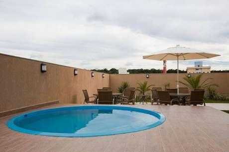 3- A piscina de fibra é a melhor alternativa de como construir uma piscina barata.