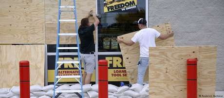 Moradores da Flórida se preparam para chegada de furacão