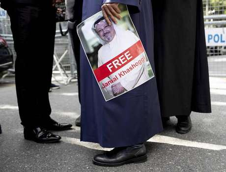 Manifestante segura imagem de Jamal Khashoggi em frente ao consulado saudita em Istambul, na Turquia