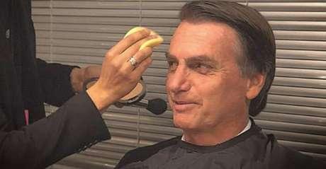 O candidato do PSL sendo maquiado para o debate ocorrido na Band em 9 de agosto