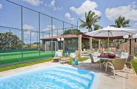 4- Como construir uma piscina pode aproximar amigos e familiares, aproveite para construir uma área de lazer completa.