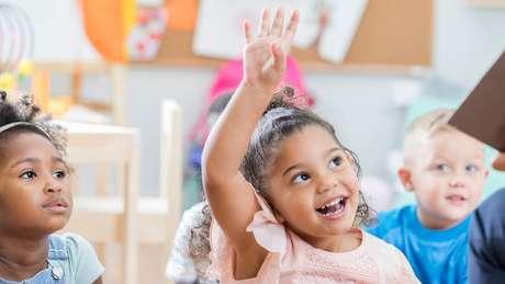 Estimular a criança a fazer perguntas a ajuda a ir melhor na escola