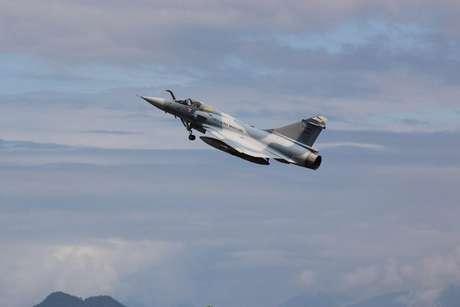 Aposentado, caça Mirage 2000 decola da base aérea de Anápolis rumo ao Museu da Força Aérea, no Rio de Janeiro, em 2013