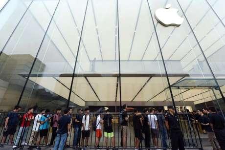 Pessoas fazem fila em loja da Apple na China para adquirir os novos iPhones da companhia. 21/09/2018.   REUTERS/Stringer.