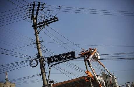Técnico da Eletropaulo trabalha no centro de São Paulo 08/04/2014 REUTERS/Nacho Doce