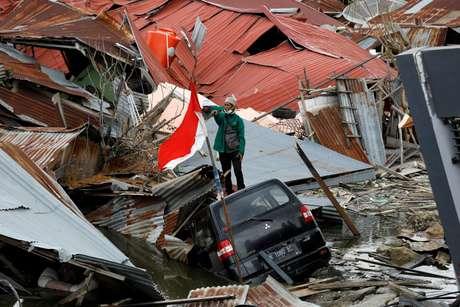Homem em meio a destroços de terremoto em Palu, na Indonésia 11/10/2018 REUTERS/Darren Whiteside