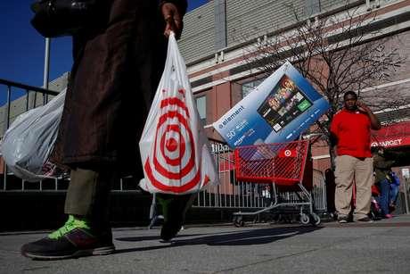 Consumidores deixam mercado em Nova York, Estados Unidos 24/11/2017 REUTERS/Brendan McDermid