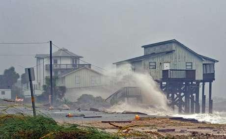 Ondas atingem casas no litoral da Flórida durante passagem do furacão Michael 10/10/2018 REUTERS/Steve Nesius