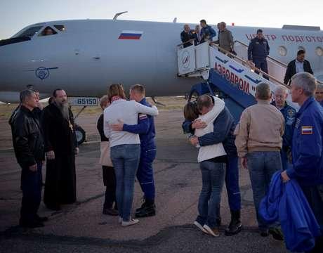 Cosmonauta russo Alexey Ovchinin e astronauta dos EUA Nick Hague abraçam familares após pouso de emergência no Cazaquistão 11/10/2018 NASA/Bill Ingalls/Divulgação via Reuters