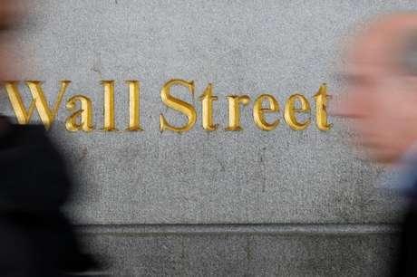Pedestres caminham em Wall Street, perto da Bolsa de Valores de Nova York 02/04/2018 REUTERS/Shannon Stapleton