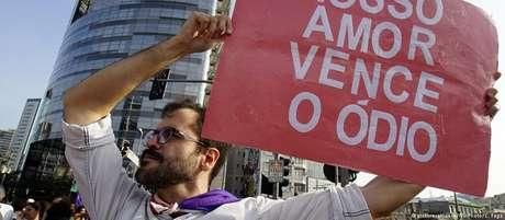Homem protesta contra o discurso de ódio em manifestação contra Bolsonaro em São Paulo
